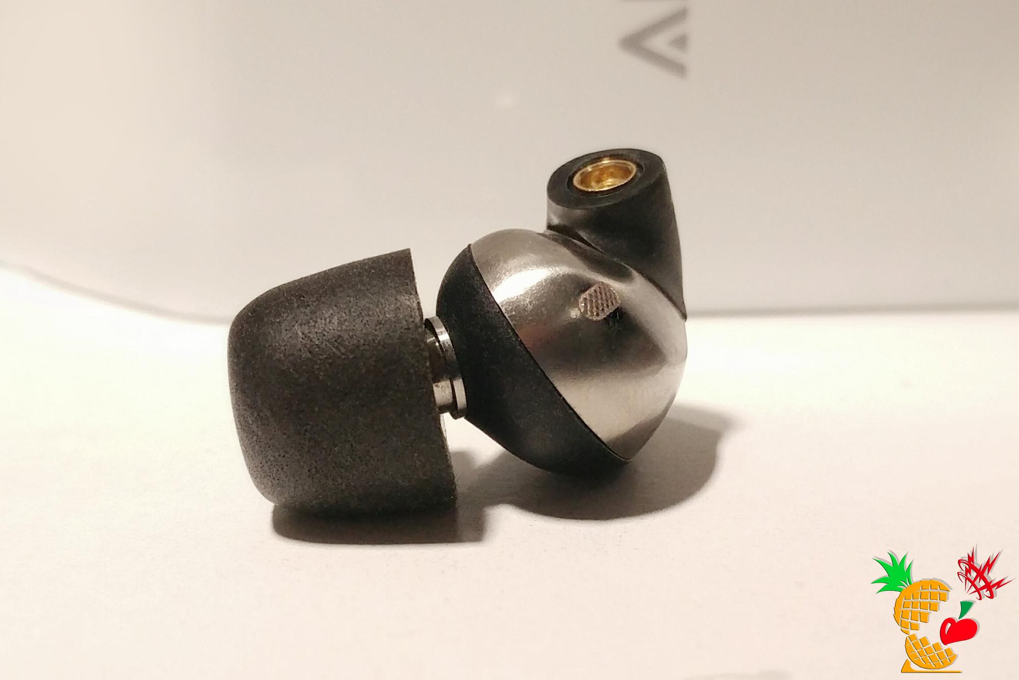 Echobox Audio THE NOMAD:手前中央に音抜け用の編み目フィルターあり